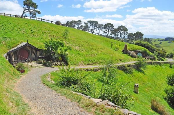 Walkway at hobbiton vilage, Shire, New Zealand; credit: Mawardi Bahar / shutterstock.com
