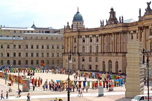 """Creative Commons   Buddy Bear Bebelplatz"". By Trabajo propio, licensed under CC 3.0"