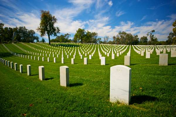 The tombstones of Las Angeles National Cemetery;image credit: kenkistler / shutterstock.com