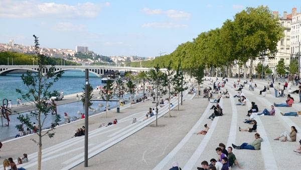 Extraordinary development re connects city with the river for Architecte rhone