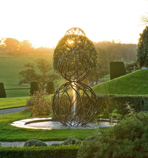 Castle hill water sculpture topiary. Photo credit: Clive Nichols