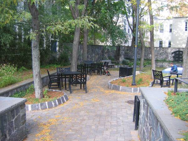 Interior of the Franklin Street Park. Photo credit: EECavazos - Own work. Licensed under Public Domain. Image source.