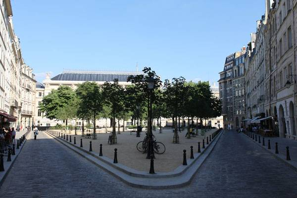 La Place Dauphine à Paris (Île de la Cité). Photo credit: Alexander Johmann. Licensed underCC BY-SA 2.0 . Image source