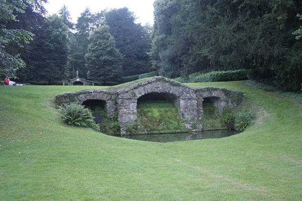 Rousham House Garden. Photo credit: Grahamec. Licensed under CC-SA 3.0. Image source.