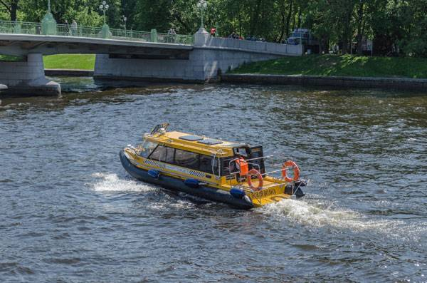 """Aquabus in Saint Petersburg"" by Alex Florstein. Licensed under CC BY-SA 3.0 via Wikimedia Commons"