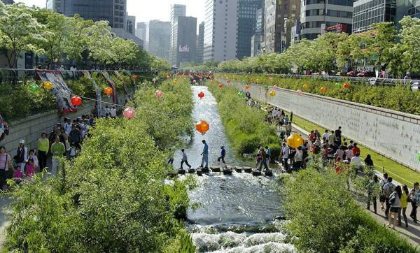 """Korea-Seoul-Cheonggyecheon-2008-01"" by stari4ek - originally posted to Flickr as fest2-01. Licensed under CC BY-SA 2.0 via Commons"