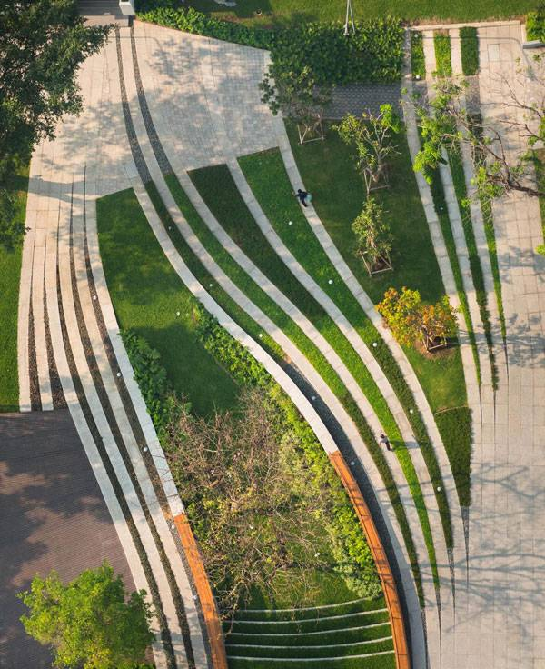 The result, which can be seen in the aerial view, is a dynamic synchronization of permeable-impermeable, new-old, constructed-void space that provides different experiences for pedestrian users of the site. Image courtesy of Landscape Architects of Bangkok