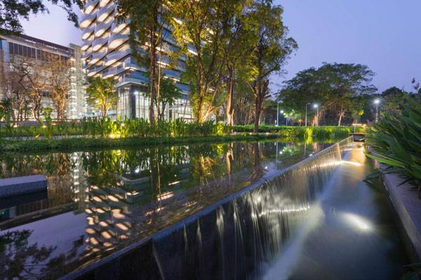 The elevated biofiltration pond system above the existing canal serves to filter, overflow, and recycle water runoff from the campus while also being a significant water feature that enhances the natural scenery. Image courtesy of Landscape Architects of Bangkok