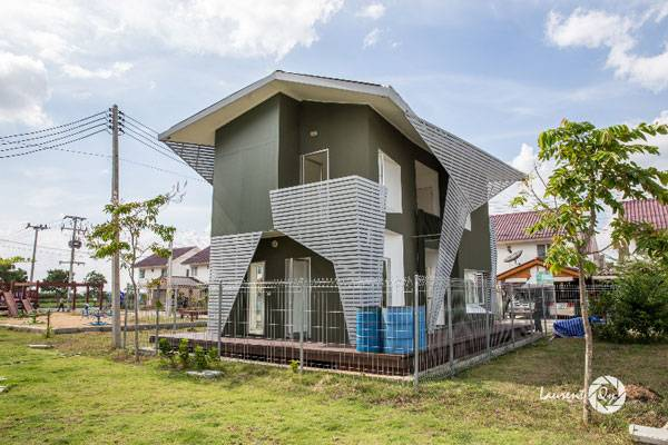 Amphibious house designed by Chutayaves Sinthuphan's Site Specific Company built by the National Housing Authority of Thailand. Photo credit: Yuliya Georgieva