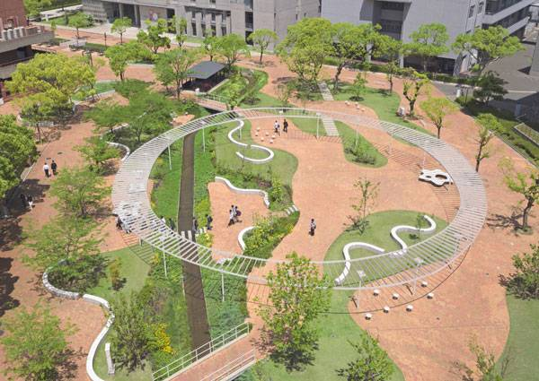 Central Plaza at Kyushu Sangyo University. Image courtesy of DESIGN NETWORK +ASSOCIATES