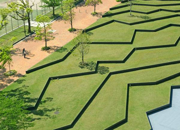Amphitheater at Kyushu Sangyo University. Image courtesy of DESIGN NETWORK +ASSOCIATES