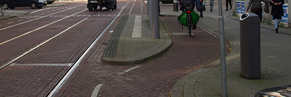 Bicycle path going smoothly around tram stop on Nieuwe Binnenweg, Photo Credit: Rob Koningen