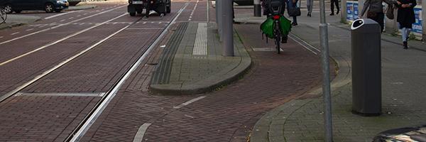 Bicycle path going smoothly around tram stop on Nieuwe Binnenweg, Photo Credit: Rob Koningen