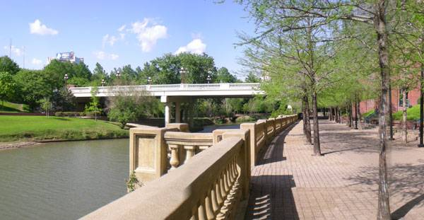 Buffalo Bayou traversing Sesquicentennial Park. By Brian Reading - Own work, CC BY-SA 3.0, Source