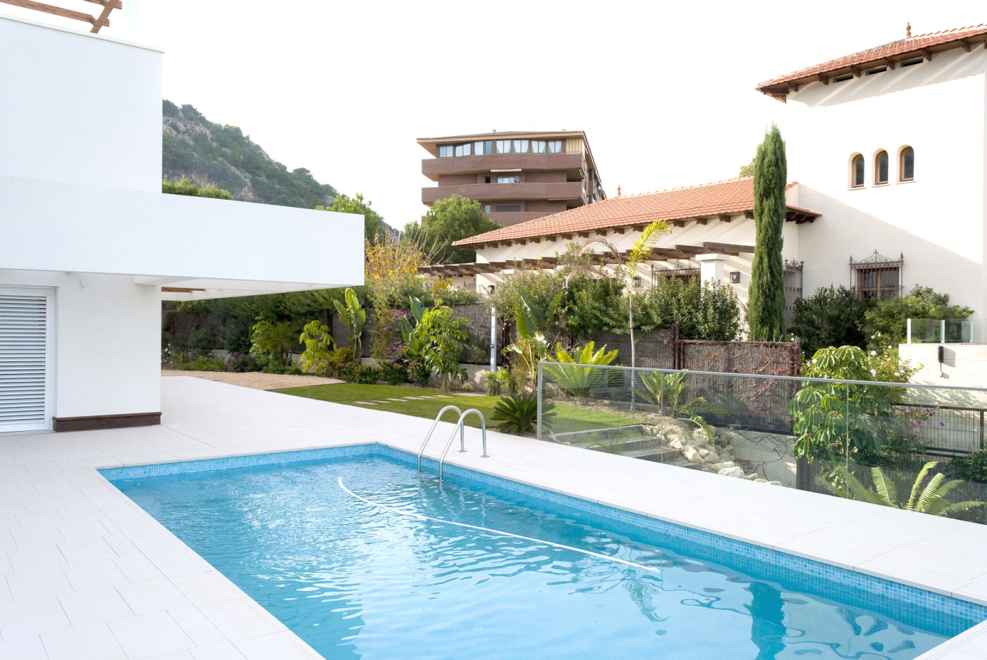 Jardin Minimalista Con Estanque Y Cascada Land8 - Jardin-minimalista