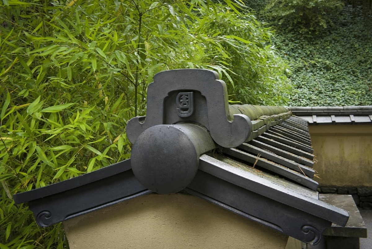 A fine detail surrounded by blank space in the Portland Japanese Garden. Photo by Tony Small.