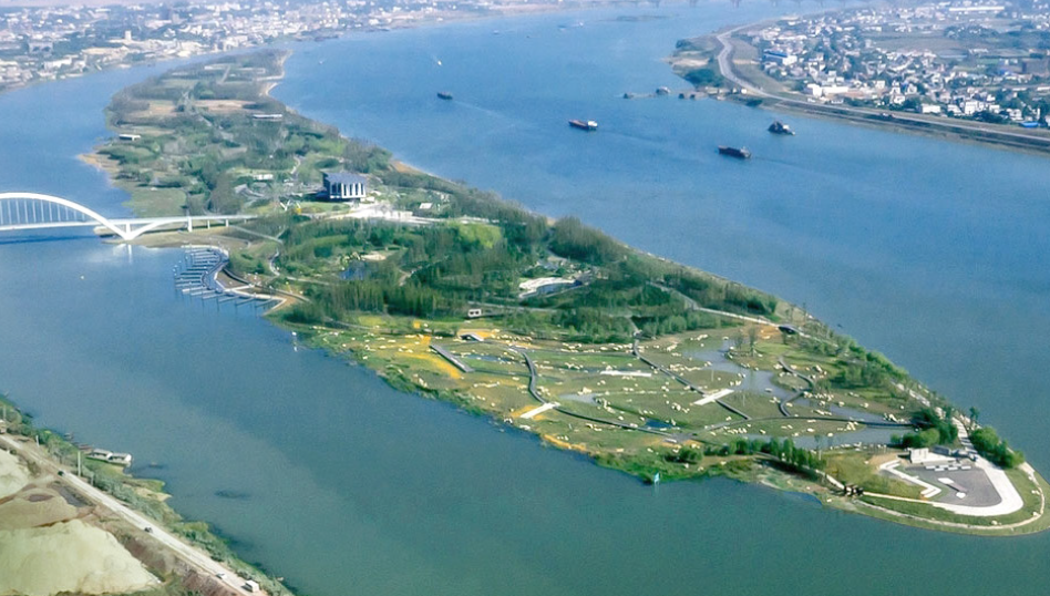 The design of the two-mile-long River Forest Island derives from natural processes and cultural traditions in Changsha, tansforming an island disturbed by flooding, erosion and loss of habitat into a resilient and ecologically diverse park with vibrant gathering places that reconnects the people to the river.